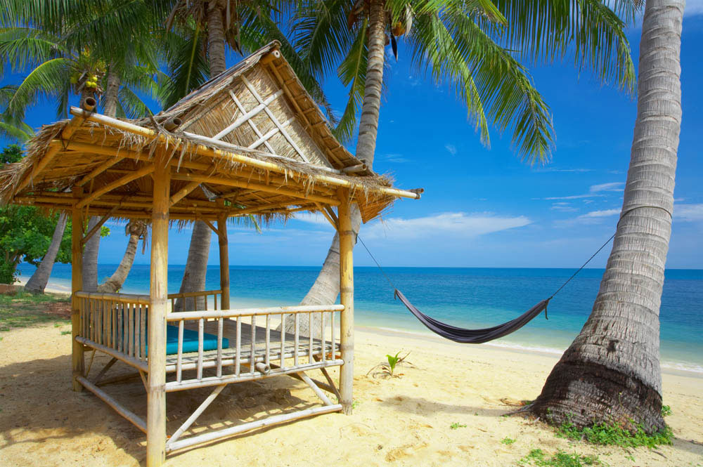 85245-tropisch-strand-met-bamboehut-hangmat-en-palmbomen